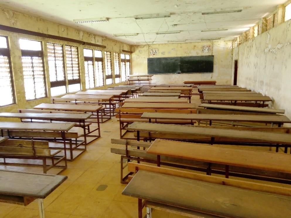 Text Box: Une salle de classe vide, université de Dschang